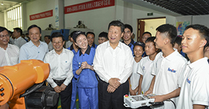 General Secretary Xi visited Henfux school-enterprise cooperation unit